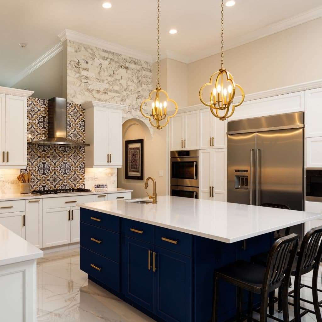 Dunkelblaue Küchen brauchen viel Raum, Licht und Luft - und wie hier eine gegensätzliche Wandfarbe und Arbeitsplatte, vorzugsweise in Weiß/Marmor. (stock/ Fotoluminate LLC)