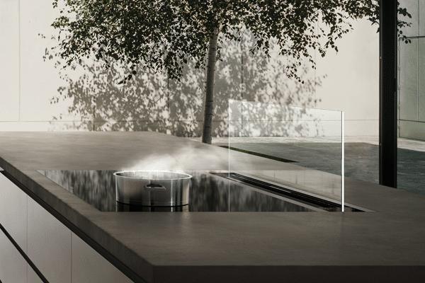 Perfektion direkt am Kochfeld: das nahezu unsichtbare Glaspaneel der Tischlüftung von Gaggenau verschmilzt ästhetisch mit seiner Umgebung. (Foto: Gaggenau)