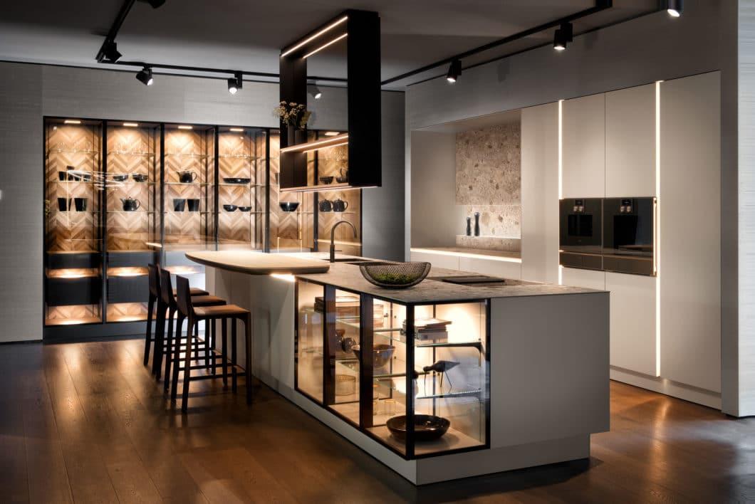 Immer mehr Hersteller wie SieMatic, LEICHT, bulthaup, Poggenpohl oder Häcker konstruieren eigene Regale, die an Wohnzimmervitrinen erinnern - und einen gekonnten Übergang zum Wohnbereich in Premium-Küchen bilden. (Foto: SieMatic)