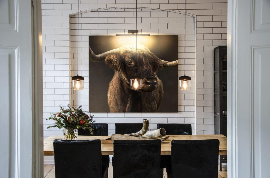 Die Küchenleuchte Acorn setzt sowohl über der Küchenanrichte als auch dem Esstisch seine Umgebung mit warmem Licht perfekt in Szene. (Foto: Vitra Copenhagen)