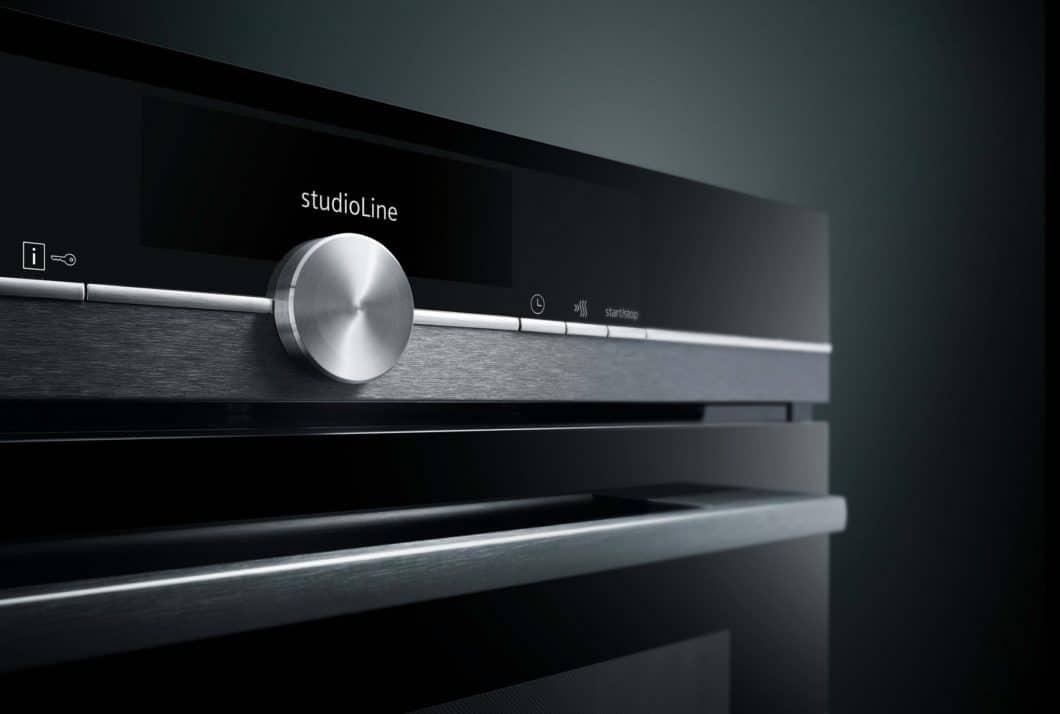 """Schwarzglas und geschliffene Edelstahl-Applikationen bestimmen das hochelegante Designbild der Siemens """"studioLine"""". (Foto: Siemens Hausgeräte)"""
