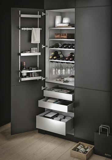Der Weinschrank der SieMatic MultiMatic-Aluminium-Edition bietet genug Stauraum für Wein, Weingläser und Weinzubehör.