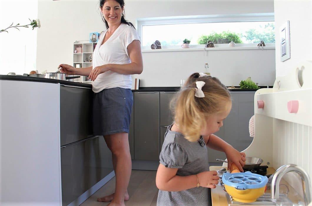 Für Kinder ist die Küche ein buntes Spieleparadies voller Möglichkeiten, die es zu entdecken gilt. Gut beraten ist da, wer auf eine kindersichere Küche setzt - zum Beispiel in Form von kratzfesten Oberflächen und harmlosen Spielecken. (Foto: homlicher küche - raum - manufaktur)
