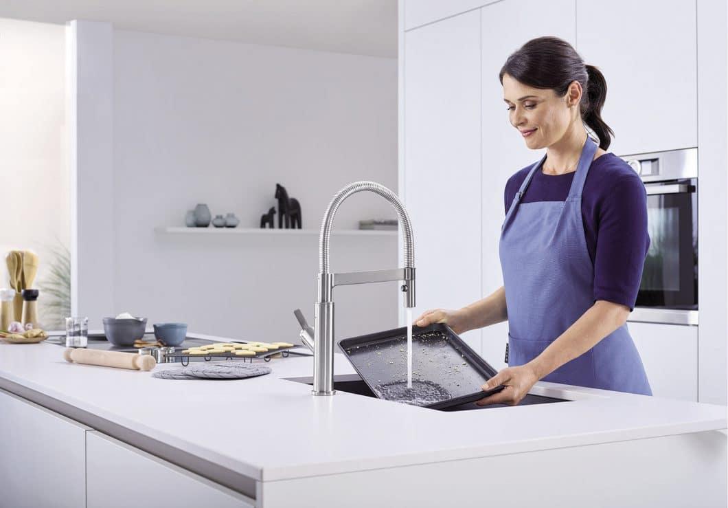 Auch sperrige Gegenstände wie ein Backblech lassen sich problemlos abspülen. Nach 90 Sekunden stoppt die Armatur automatisch, um Wasser zu sparen. Ein weiteres Auslösen muss bewusst per Handbewegung geschehen. (Foto: BLANCO)