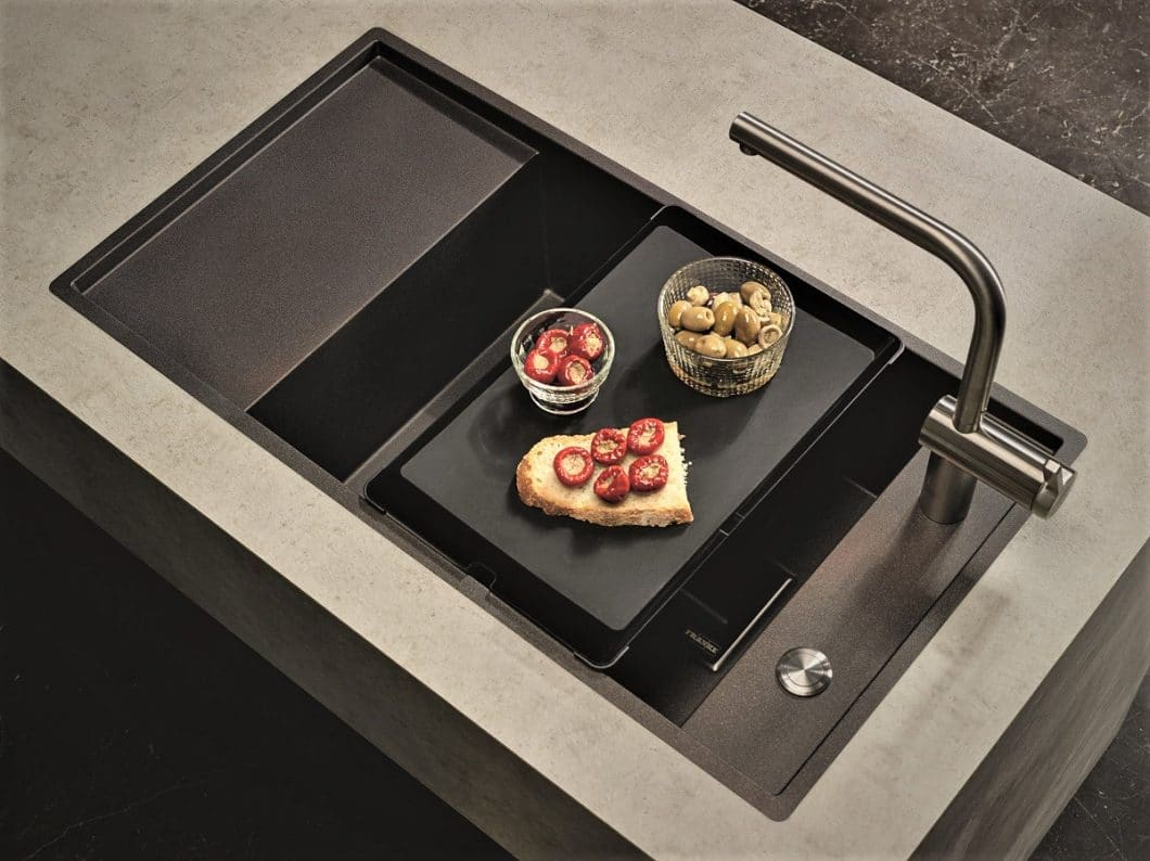 Durch die samt-weiche Haptik der Granit-Verbundwerkstoffe Silgranit und Fragranit ist die Hochwertigkeit der Küchenspülen bereits auf den ersten Blick deutlich erkennbar. (Foto: Franke)