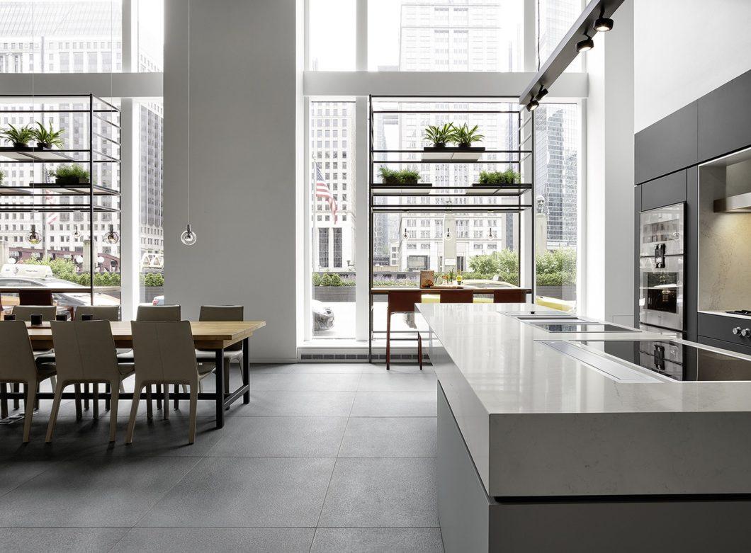 Es mag Überwindung kosten, sich Inspiration vor Ort in einem Küchenstudio - statt einer anonymen Großmöbelhalle - zu holen. Doch es lohnt sich: ausgebildete Küchenplaner stellen die richtigen Fragen und haben raffinierte, moderne Küchentrends in ihren Ausstellungen verbaut. (Foto: Gaggenau)