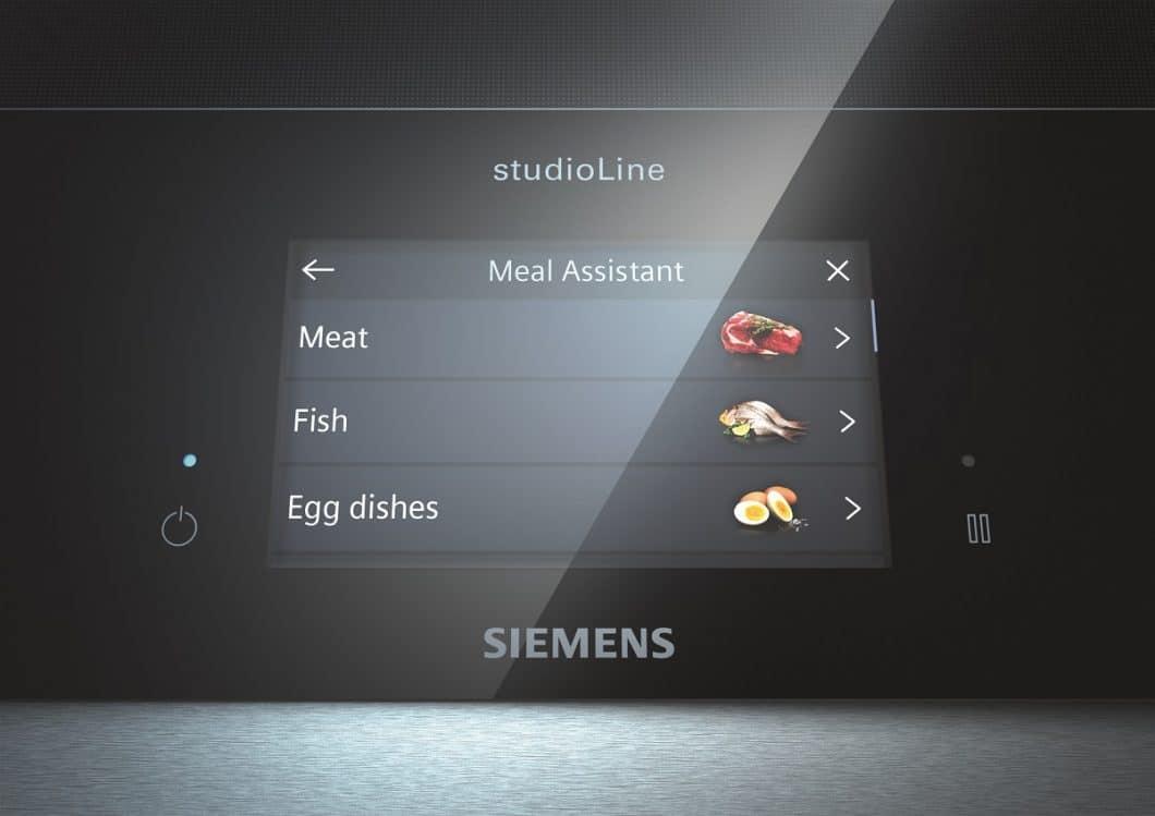 Während das Siemens inductionAir-Modell mit Kochfeldmodul überzeugt, kann der Koch beim Siemens freeInduction-Modell auf ein hochprofessionelles TFT-Display mit geführter Kochanleitung zugreifen. (Foto: Siemens Hausgeräte)