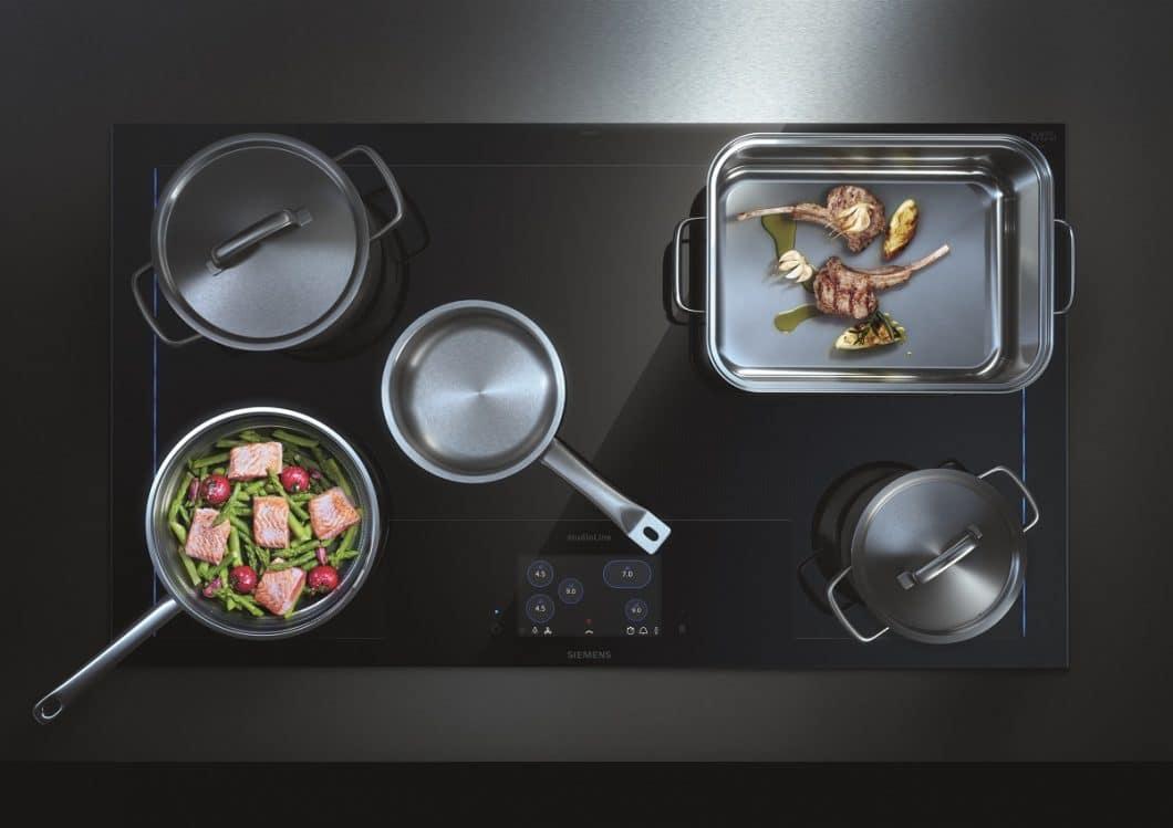 Der neueste Clou der Siemens Kochfelder ist das Siemens freeInductionPlus: Kochgeschirr kann auf dem Induktionsfeld beliebig abgestellt und verschoben werden. Die Erfassung erfolgt über 56 kleine Induktoren. (Foto: Siemens Hausgeräte)