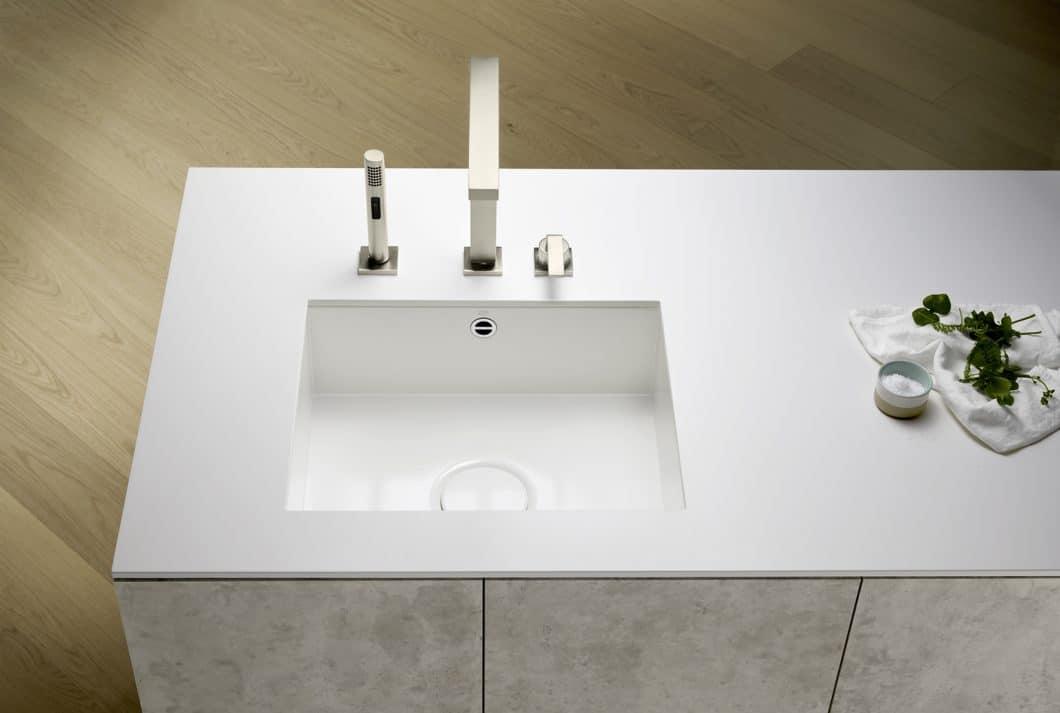 Das matte Weiß in diesem Küchenbecken aus glasiertem Stahl passt sich der Arbeitsplatte perfekt an - und setzt sich optisch doch als Highlight noch einmal ab. (Foto: Dornbracht)