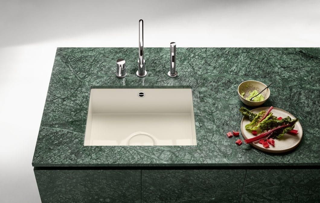 Mit den Küchenbecken aus glasiertem Stahl lassen sich nicht nur harmonische Farbwelten in der Küche erschaffen, sondern auch reizvolle Kontraste setzen. (Foto: Dornbracht)