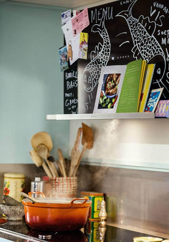 Dient auch als Ablage für Kochbücher und Küchenkrimskrams: Die kreative Dunstabzugshaube von Neff. (Foto: neff.de)