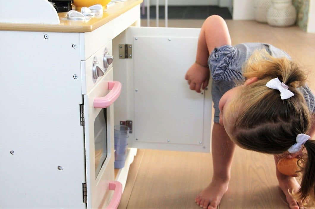 Bieten Sie Ihrem Kind Ablenkung in der Küche, anstatt nur zu verbieten: in seiner eigenen Küche kann es beispielsweise mit harmlosem Plastikgeschirr spielen und Funktionen erkunden. (Foto: homlicher küche - raum - manufaktur)
