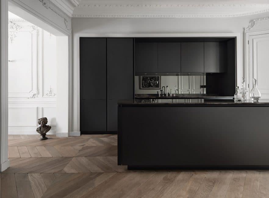 Ganz in Schwarz und Mattlack präsentiert sich dieses Modell der PURE-Reihe - bei Arbeitsflächen und Küchenfronten gleichermaßen. Küche: SieMatic