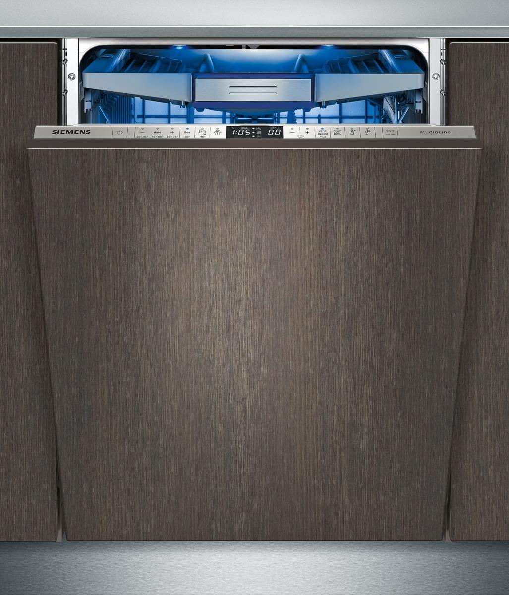 Ein typischer Griff: Nach dem Spülvorgang wird der Geschirrspüler leicht geöffnet, um die feuchte Luft entweichen zu lassen. Da sind nun alle Gegenstände, auch empfindliche Gläser und Kunststoffobjekte, dank des Zeoliths® schon trocken und sauber. (Foto: Siemens Hausgeräte)