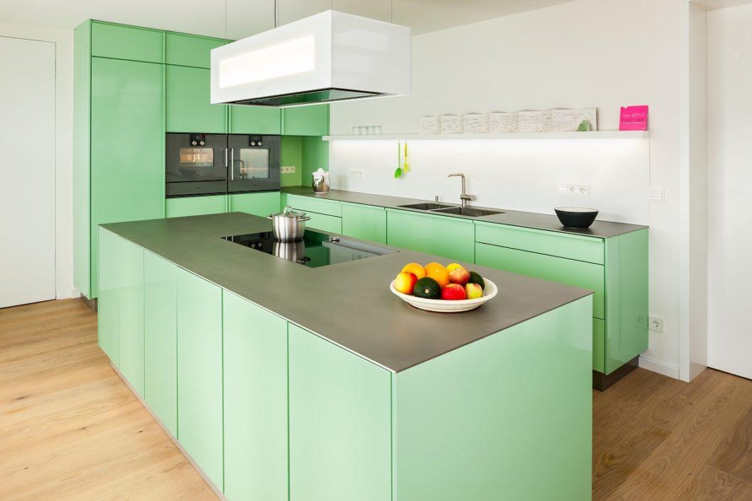 Popstahl-Küchen sind anders als die Konkurrenz: der Kunde hat die Wahl aus sehr vielen Farben, aber nur einem Korpusmaterial - widerstandsfähigem Stahl. (Foto: Georg Grainer)