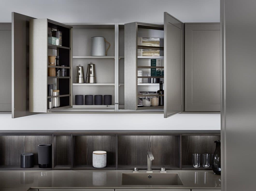 """Mit dem Modell """"Verve"""" holt Küchenhersteller LEICHT den modernen Landhausstil in die urbane Wohnwelt: zarte Rahmenfronten werden lediglich angedeutet; die Innenschränke sind mit modernen Stauraumvorrichtungen ausgestattet. (Foto: LEICHT)"""