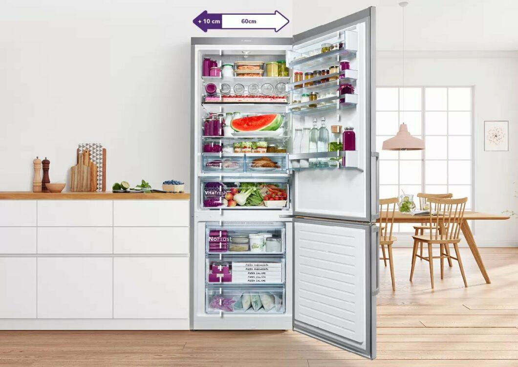 Ausziehbare Böden in der 70 cm breiten XXL Kühl-Gefrier-Kombination ermöglichen einen besonders leichten Zugriff auf alle Lebensmittel. (Foto: Bosch)