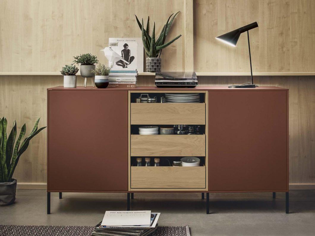 Die Fronten im neuen Farbton Indischrot sind in Kombination mit natürlichem Eichenholz sinnbildlich für ruhiges, skandinavisches Design. (Foto: next125)