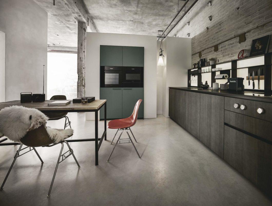 Fronten aus Eichenholz bringen skandinavische Gemütlichkeit in den Küchenraum, die Oberflächen wirken durch die dunkle Färbung jedoch elegant und speziell. (Foto: next125)