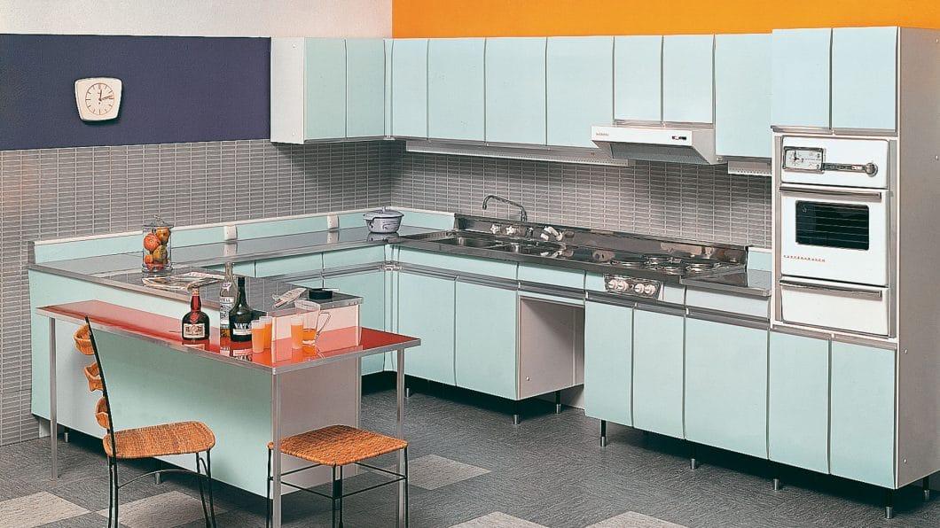 Erstaunlich modern, klar und geradlinig erscheint die erste grifflose Küche von SieMatic im Rückblick. Das war 1960. (Foto: SieMatic)