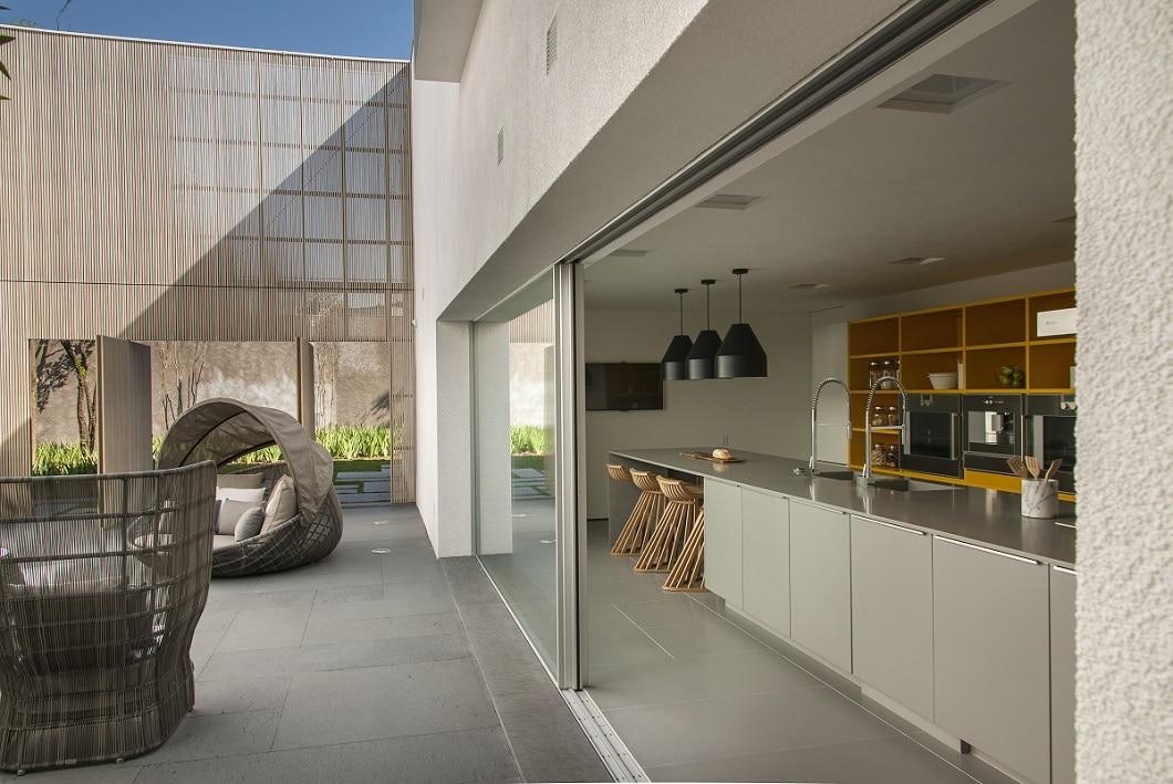 Grillen und Kochen mit Aussicht: Das geht mit der endlos langen Kücheninsel von Leicht, hier verbaut in einem Architekturprojekt in Sao Paulo, Brasilien. (Foto: Kogan + Radomysler)
