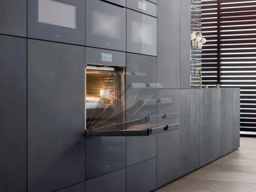 Auf Brusthöhe eingesetzte Küchengeräte wie Backofen und Dampfgarer können gegen Rückenschmerzen in der Küche wahre Wunder wirken - und sind auch so enorm funktional. (Foto: Miele)