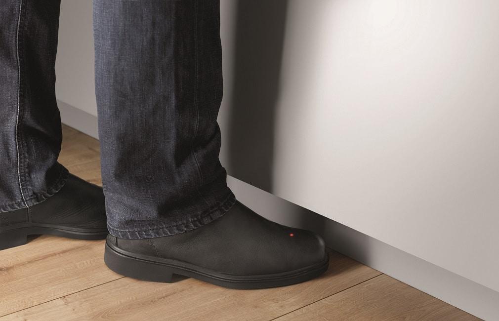 Wer gerade keine freie Hand hat - oder dieselbe schmutzig ist - kann über einen Fußsensor die eUnit Kitchen-Armatur zum Laufen bringen. (Foto: Dornbracht)