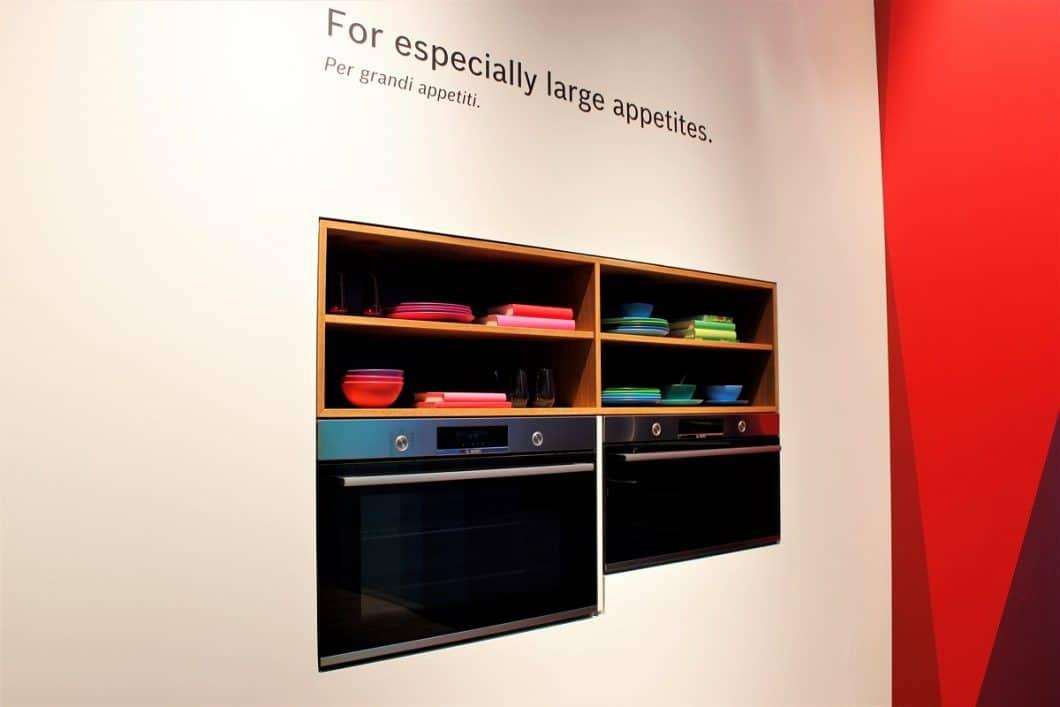 """""""For especially large appetites"""": Der zunehmende Appetit scheint Geräteherstellern einen neuen Trend zu verschaffen. XXL-Backöfen, -Kühlschränke und -Kochfelder waren auffallend oft zu sehen auf der EuroCucina 2018. (Foto: Susanne Scheffer)"""