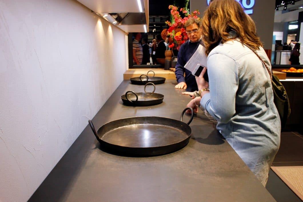 Nolte Küchen hat bereits 2017 viel Aufmerksamkeit mit seiner Keramikarbeitsplatte erweckt, in die nahezu unsichtbar ein Induktionskochfeld eingelassen ist. Den angehenden Trend haben auch andere Küchenhersteller wie beispielsweise Boffi aufgegriffen. (Foto: Susanne Scheffer)