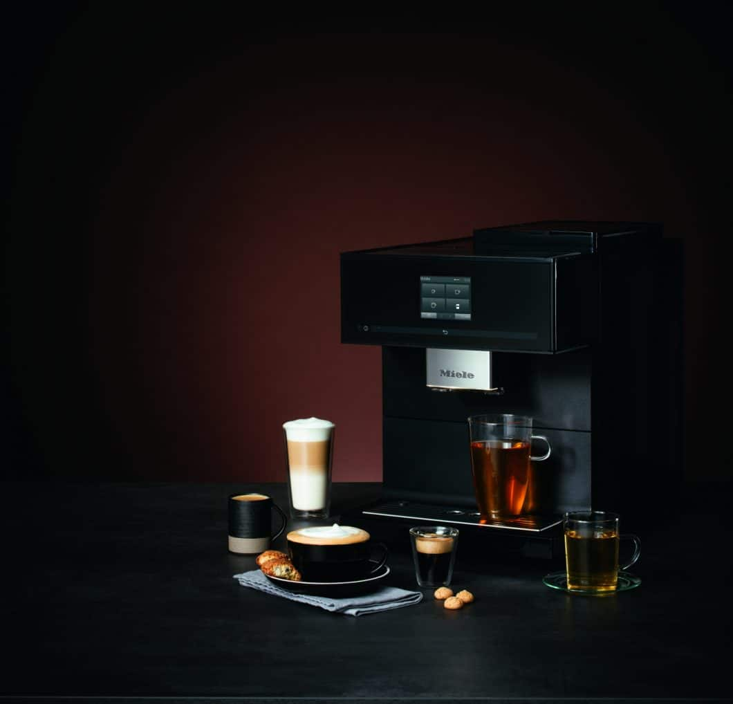 Der luxuriöse Stand-Kaffeevollautomat CM 7750 CoffeeSelect in der matt schimmernden Black Edition zählt ebenfalls zu den Neuheiten von Miele für 2019. (Foto: Miele)