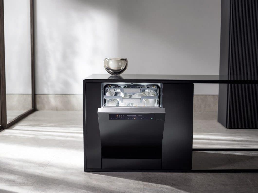 Die Geschirrspülserie G 7000 von Miele kann ab sofort mit einer PowerDisk ausgestattet werden, die das Pulver inkl. Salz und Klarspüler individuell für jeden Spülvorgang dosiert. (Foto: Miele)