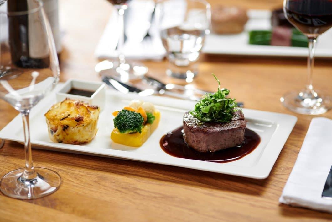 Dieses exquisite Gourmet-Essen können Sie sich ab sofort vom Start-Up MChef per Lieferservice nach Hause bestellen. Kleiner Haken: Sie benötigen zum Fertiggaren den Dialoggarer von Miele. (Foto: Miele)