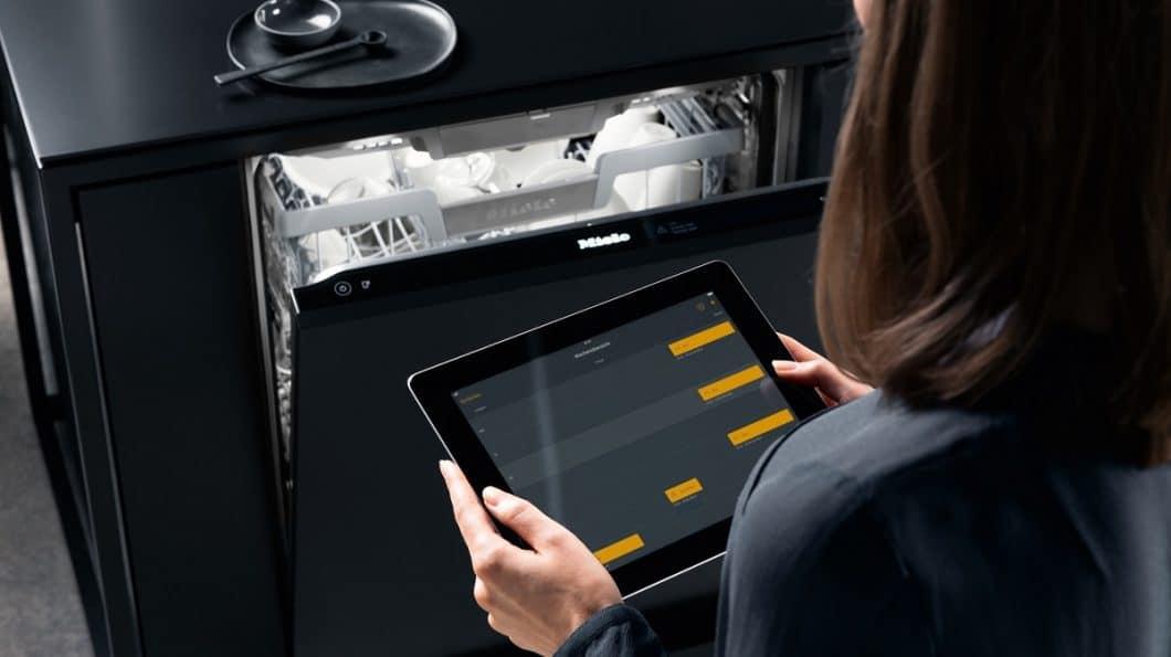 Da sich der Miele G 7000 mit WLAN und einer App verbinden lässt, kann man ihn auch aus der Ferne steuern und kontrollieren. Wer einen genauen Zeitplan einstellt, profitiert sogar vom automatischen Start des Geräts. (Foto: Miele)