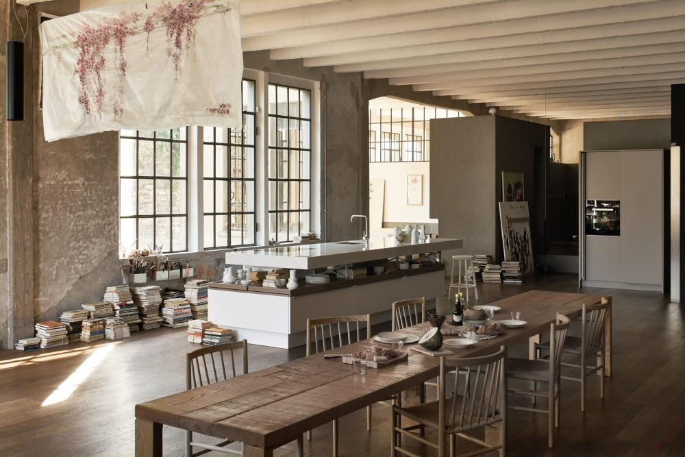 Jorge Pensi verbindet in seinem Modellentwurf +MODO architektonische Gegensätze. Holz und Stein treffen ebenso aufeinander wie schmale und breite Gestaltungselemente. Im Gesamtbild ergibt sich ein formvollendetes Küchenobjekt. (Foto: Poggenpohl)