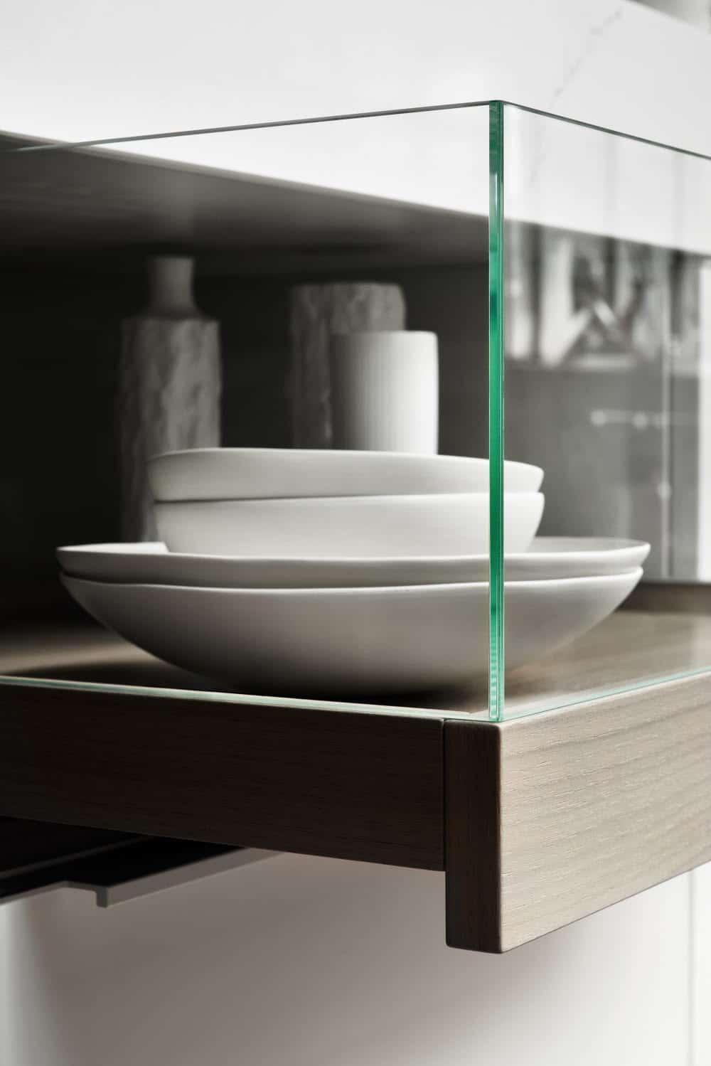 Die hölzernen Tabletts (Trays) von Poggenpohl +MODO können mit Glaskuben ergänzt werden, die die vitrinenartige Gestaltung im Zwischenraum der Kücheninsel unterstreichen. (Foto: Poggenpohl)