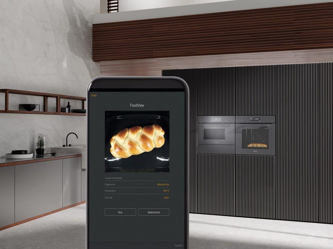 """Das Feature """"FoodView"""" ist erstmals eine Kamera im Garraum des Backofens, die auf Wunsch Live-Bilder des Gargutes an das Smartphone des Nutzers sendet. (Foto: Miele)"""