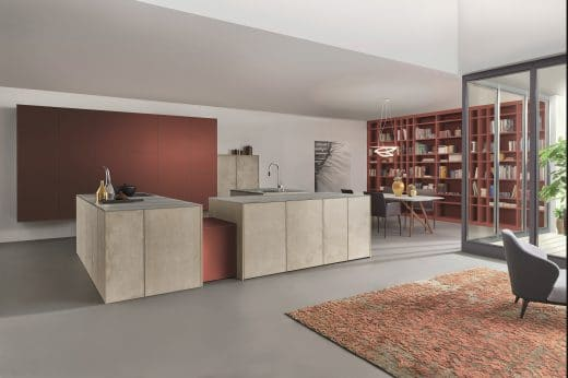 LEICHT experimentiert mit zeitlosen Küchen und Farben, wie hier den Tönen Rost-Ocker und Braun. (Foto: LEICHT)