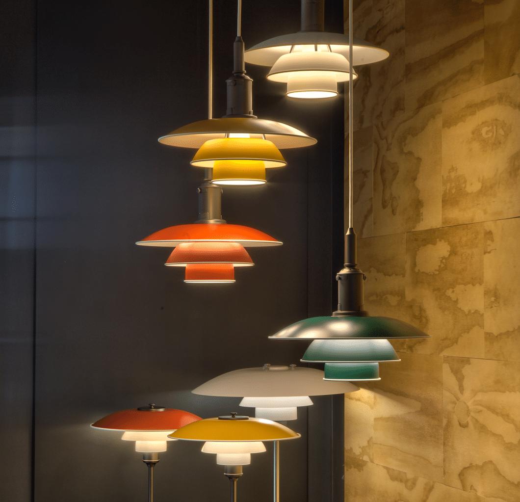 Die charakteristischen Leuchten für die Küche von Louis Poulsen wurde bereits 1925/26 als dreiteiliger Lampenschirm erstmals vorgestellt. (Foto: Louis Poulsen)