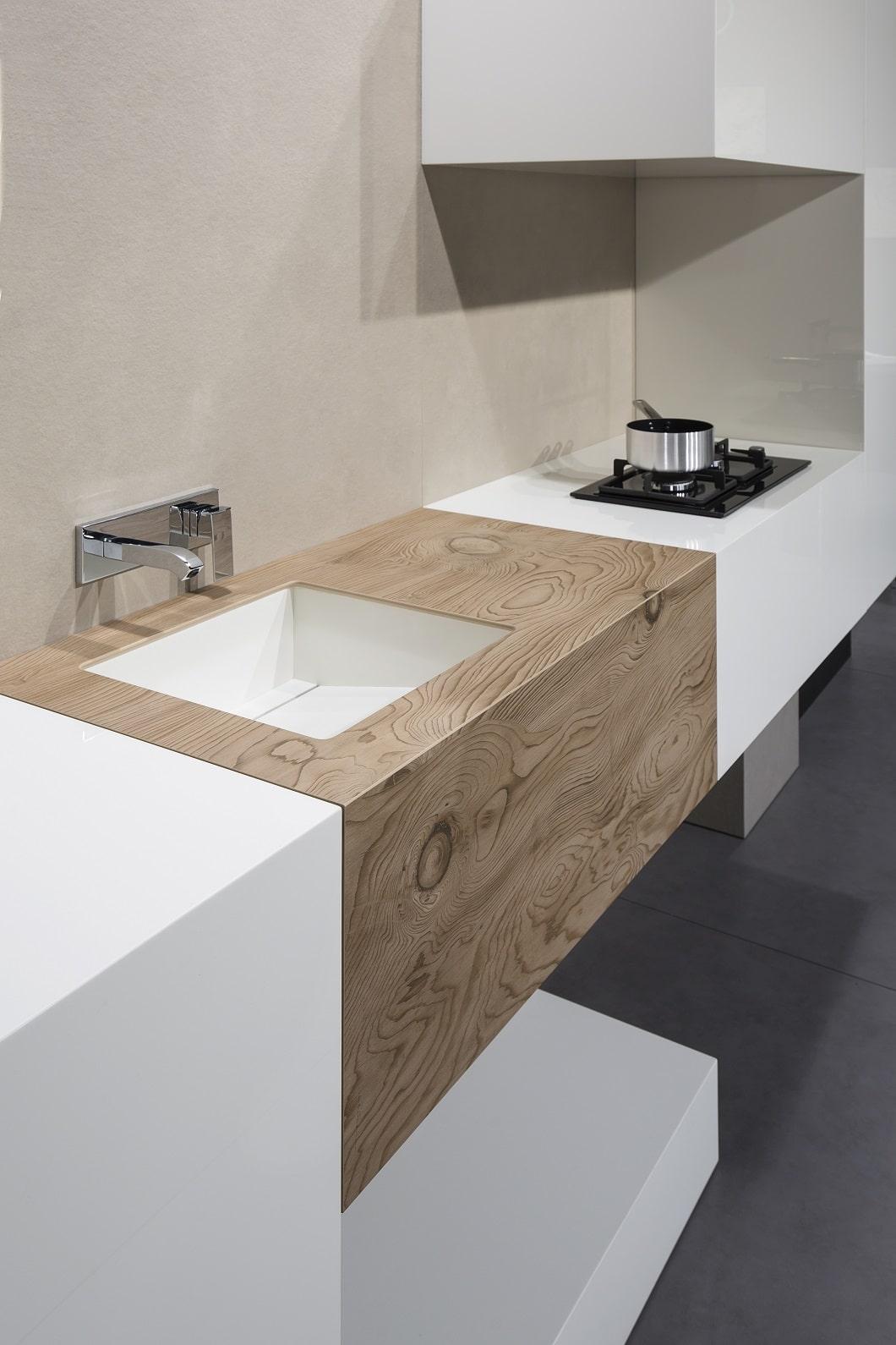 Die durch 3D-Druck erzeugte Holzoptik sorgt in Kombination mit Marmor, Stein und Stahl sofort für eine moderne, wohnliche Optik in Küche oder Bad. (Foto: TheSize)