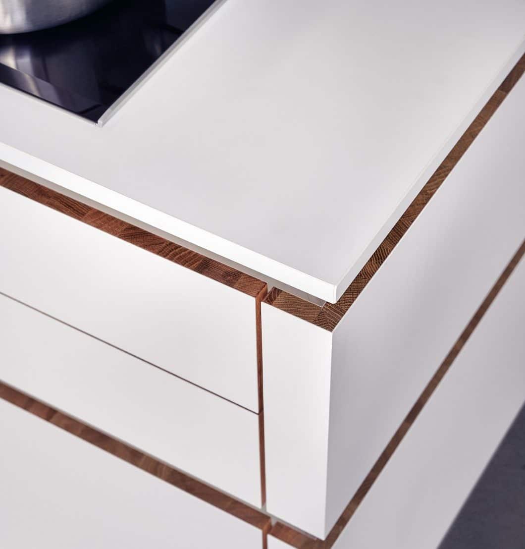 Holz dominiert wieder die Küchenentwürfe der hochwertigen Hersteller wie LEICHT, SieMatic und rational. Als Furnier oder Dekor, als Kante oder Echtholzfront wird es als warmer Kontrast zu Glas und Metall eingesetzt. (Foto: LEICHT)