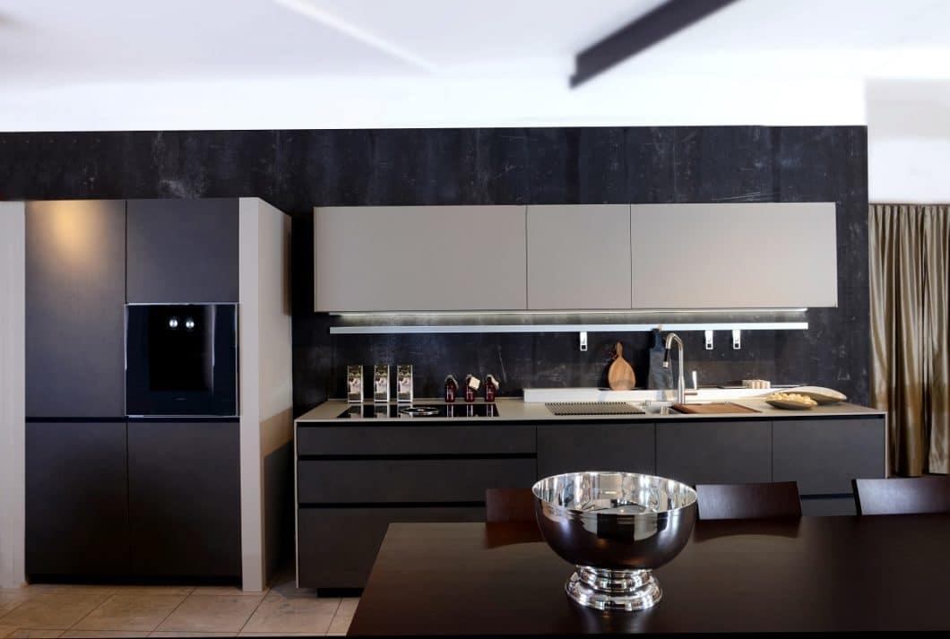 Zwei, maximal drei Farben sollten hinzugezogen werden, wenn Sie kleine Küchen planen. Geschlossene Oberschränke und grifflose Zeilen ergeben zusätzlich ein ruhiges und harmonisches Bild. (Foto: Erwin Bucher Küchen)