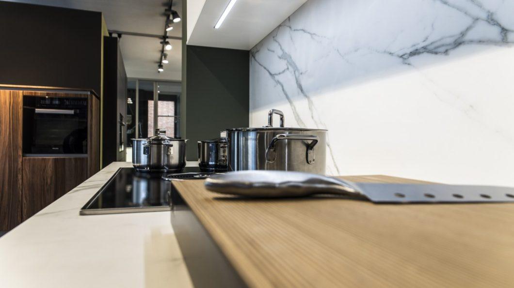Auf jeden Topf passt ein Deckel: auch bei bulthaup am musikerviertel | Küchenwerk Strawinski werden Küchen nach intensiver Beratung auf das persönliche Lebensumfeld, das Budget und die Vorlieben des Käufers angepasst. (Foto: Küchenwerk Strawinski)
