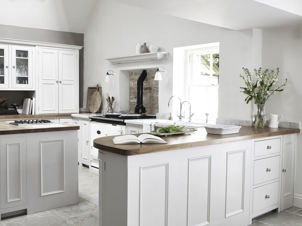 """Chichester steht für die """"classic English kitchen"""": Kassettenfronten, Eichenfurnier und verchromte Griffe lassen die Küche elegant und traditionell zugleich wirken. (Foto: Neptune)"""
