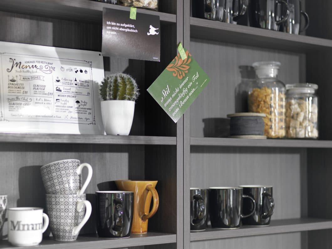 Mit Liebe zum Detail möchte Mahlzeit by rational junge Erstkäufer ansprechen: Kesse Sprüche, verträumte Bilder vom Morgenkaffee und urbane Küchen voller Pflanzen und Kissen prägen die Kampagne des Herstellers. (Foto: rational)