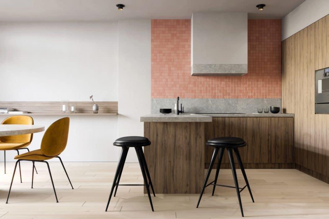 Warme Farbtöne, Altholz, nur wenige wichtige Objekte: eine Küche, die im Wabi Sabi-Stil eingerichtet wurde, kann trotzdem sehr wohnlich sein. (Foto: Amr Moussa)