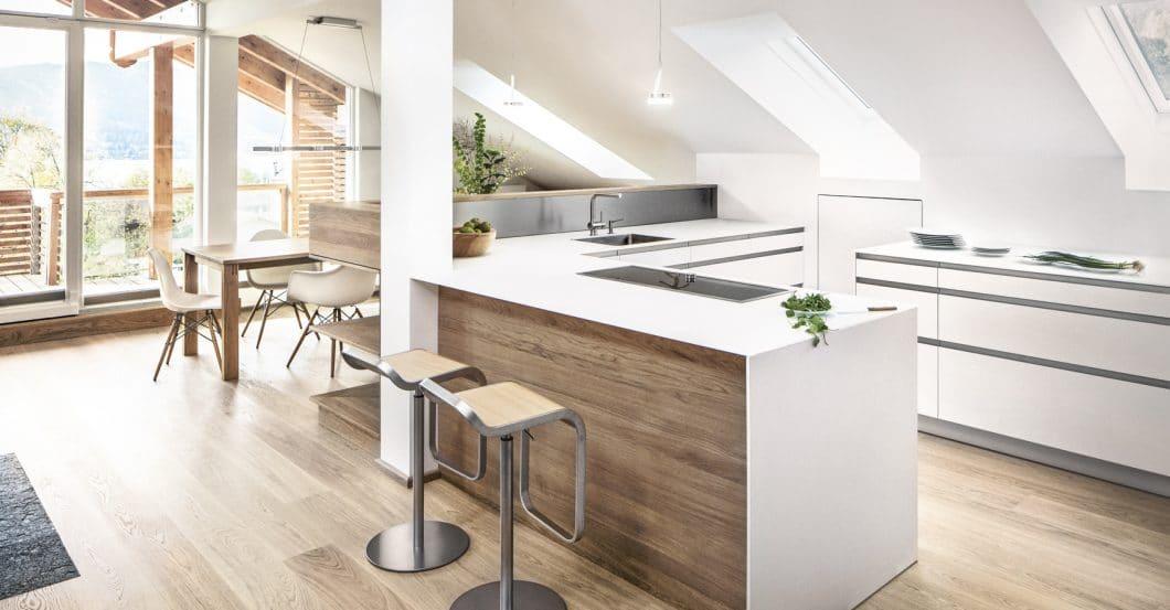 Sonderanfertigungen für Dachschrägen und Möbel nach Maß können von Küchenplanern mit eigener Schreinerei oder guten Bezugsquellen mühelos angefertigt werden. (Foto: Dross & Schaffer München Ost)