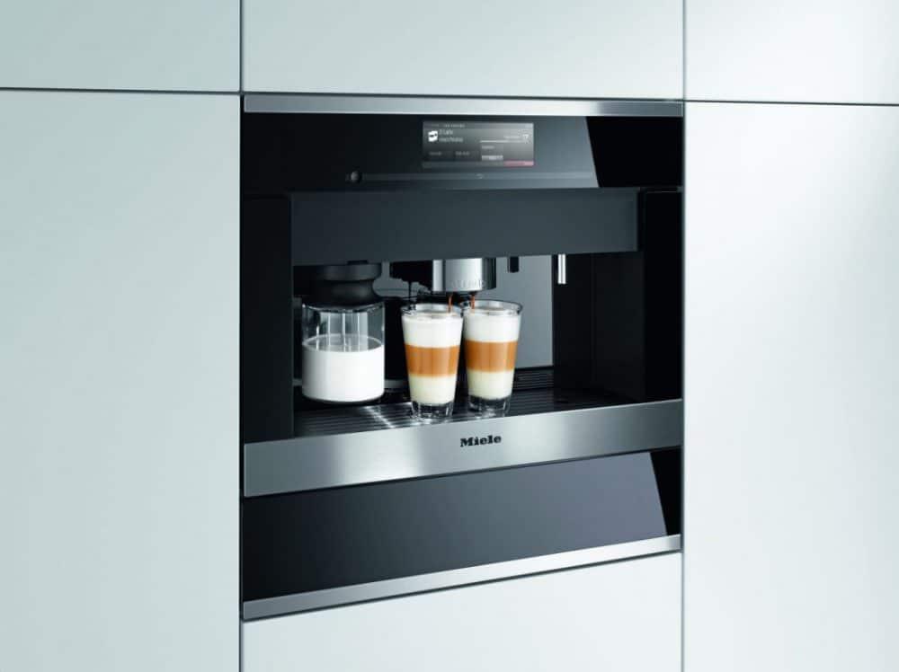 Die Miele Einbau-Kaffeevollautomaten der Generation 6000 sind, wie hier, mit einem Frischwasseranschluss voll integrierbar oder aber an einen Wassertank gekoppelt. (Foto: Miele)