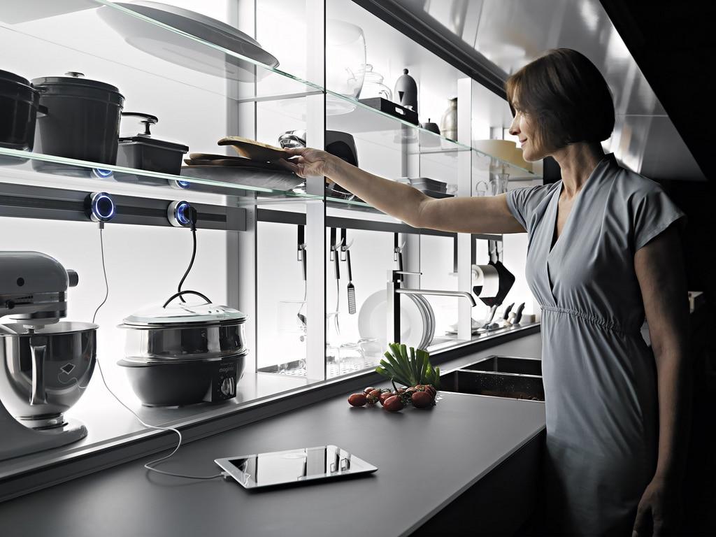 Die Zubehörrückwand, die von den Planungssystemen Air Logica und New Logica einbezogen wird, ist vielfältig nutzbar: für Küchenkleingeräte, Kochutensilien, aber auch Abtropfbrett und Geschirr. (Foto: Valcucine)