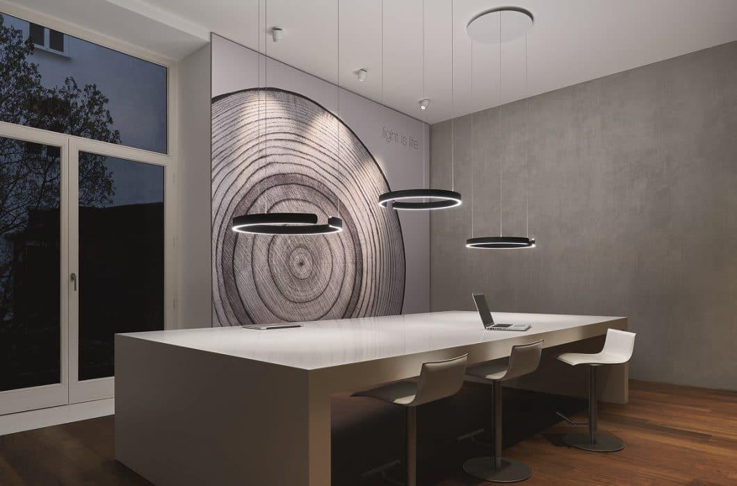 Auch im Büro kann die Mito sospeso von Occhio eingesetzt werden, um eine erhellende, kreative Arbeitsatmosphäre zu schaffen. (Foto: Occhio)
