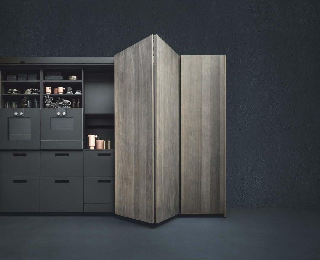 Geschlossen bietet das neue Möbel von next125 einen freien Blick auf die hochwertigen Fronten in Eiche elegant perlgrau, geöffnet offenbart sich durchdachter Stauraum für Küchenutensilien, der jedoch nicht minder ästhetisch daherkommt. (Foto: next125)